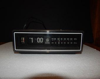 Vintage 1970's GE Flip Clock Radio