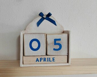 Perpetual calendar in shabby chic wood cubes days rectangles month in italian language