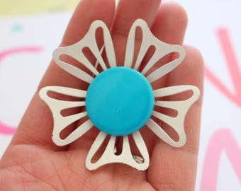 Vintage SNAZZY Enamel Flower Brooch....groovy. retro. flower. 1970s. classic. white flower. daisy. costume jewelry. vintage brooch. blue