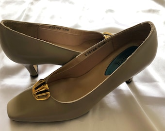 Gold and Black Shoe Clips In Excellent Condition