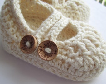 Chaussons, bébé Mary Janes, chaussons au Crochet pour bébé / / fabriqué à partir de coton bio teint / / plusieurs tailles au choix / / cadeau de Shower de bébé