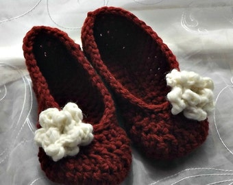 Crochet slippers in burgundy with white rose
