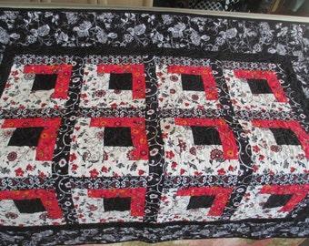 Quilt Black, white, & red log cabin