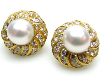 Earrings, pair, 18kt yellow gold with hinged Omega clip backs, featuring one (1) spherical, South Sea cultured pearl