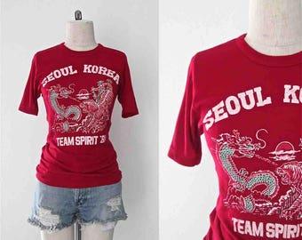 Années 1980 tshirt rouge Corée esprit d'équipe dragon tigre tee - S
