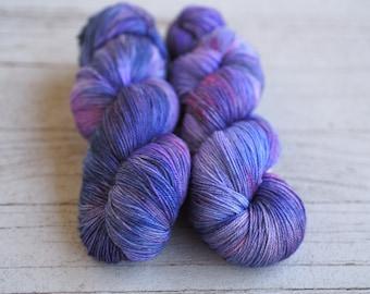 Sugar Plum Cottage violets foncé teintée à la main fil / / chaussette Nylon Merino doigté fil de poids / / Superwash Sock écheveau