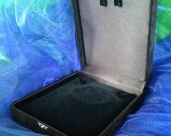 Beautiful  black velvet covered neckless jewlery  box