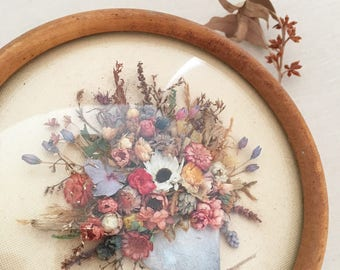Vintage round framed dried flowers - bohemian eclectic jungalow boho home decor style - dried florals wildflowers pressed - La Nive #0738