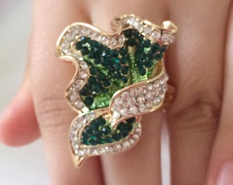Ring with emerald green rhinestones