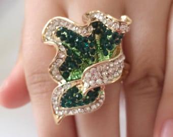 Ring with emerald green rhinestones