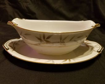 """Harmony House """"Vicki"""" gravy boat with attached base"""