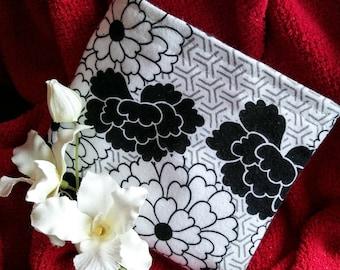 """Eco Friendly Bag, Fabric Baggie, Reusable Snack Bag, Reusable Sandwich Bag, Fabric Pouch, Party Favor, """"Black & White Flowers"""""""