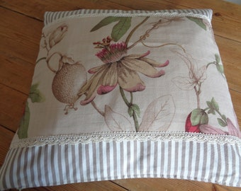 Cushion cover in cotton and linen. cm40x40. flowers and lace on the front. scratches inside. Zip at the bottom