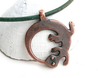 Lizard Circle pendant, Antique Copper Gecko metal charm, Greek metal casting, 1pc - F433