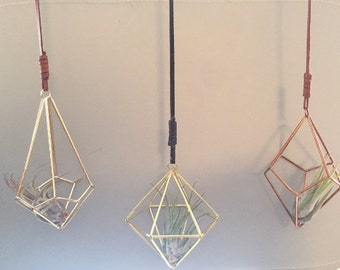 1 Himmeli style hanging air plant holder  (air plant inluded) (choose between silver and bronze, the gold is sold out!!)