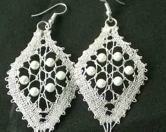 Earrings in silver thread and pearls