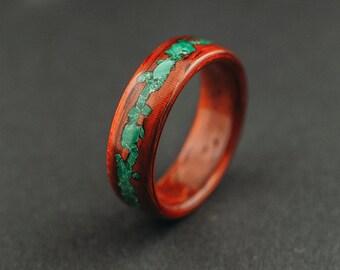 Anello di legno curvato, anello di legno di padouk con pietra malachite schiacciato intarsio