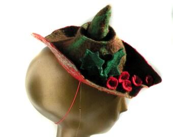 Urlaub Filzhut für Weihnachten Party - festliche Fascinator mit Holly und Beeren - Mini-Hut für Renaissance Fair in grün und rot