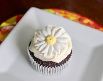 12 Edible white Daisies for your Cakes and Cupcakes