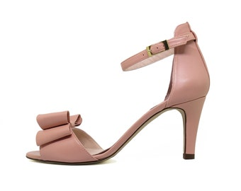 Pink heeled sandals with bow
