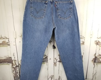 Vintage Levi's 550 Medium Light Blue Wash, High Waist Tapered Leg Mom Jeans//Women's size  28 29