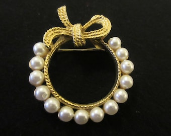 Vintage Faux Pearl and Textured Ribbon Brooch in Gold Tone