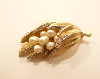 Gorgeous Vintage Dimensional Faux Pearl & Rhinestone Brooch / Pin