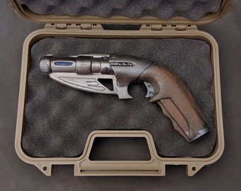 Doctor who torchwood sonic blaster custom kit version - Hard case with a Painted Sonic Blaster prop!