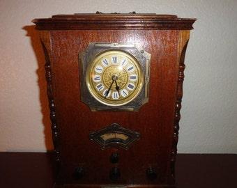 Vintage 1989 Thomas Collector edition Radio Unique radio clock plays radio-