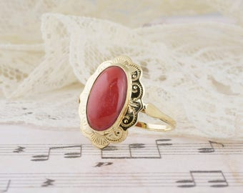 Vintage Coral Ring with Scalloped Boarder in 14k Yellow Gold