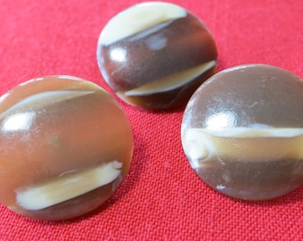 "3 Plastic buttons, 1"" across, striped caramel, creamchocolate bands. Coat buttons, slightly dome front, metal loop back. UNK12.4-15.3-6.6."