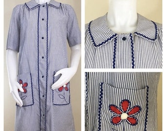 30% Off Sale 60s 70s Models Coat Blue White Striped Seersucker Short Sleeve Robe or House Coat with Flower Appliques, Size Medium to Large