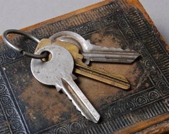 Set of 3 Vintage metal skeleton keys with key ring