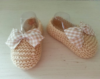 Small beige 3-6 month toes slippers raised(enhanced) by a coordinated bow - gingham