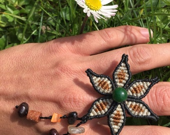 Macrame flower ring and its Green Agate