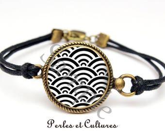Wave black and white Japanese cabochon bracelet