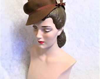 1940s Vintage Brown Felt Tilt Hat with Feathers Size 22