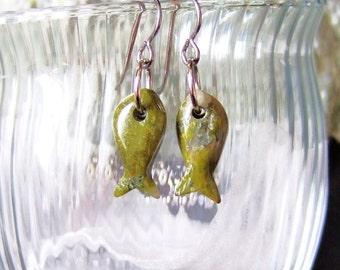 Unakite geschnitzt Steinfische Ohrringe auf Titan Ohr Drähte in Neufundland Liebe Semi kostbare Stein grün Khaki Hypo Allergen gemacht