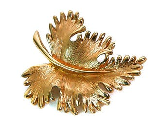 1970s MONET Textured Gold Tone Curvered Detailed Leaf Leaves Traditional Mid Century Vintage Figural Fashion Jewelry Pin Brooch