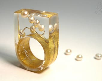 Round view – abstract pearl ring with real white pearls on a silver wire and a ring covered with gold leaf made of resin