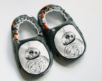BB-8 Droid baby slippers. Star Wars the Force Awakens baby shoes. Cotton and flannel. BB-8, Finn, Rey, Poe or Chewie. Made to order.