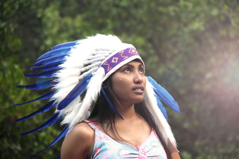penacho de plumas estilo indio blanco y azul corto tocado de