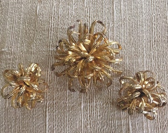 Gold Tone Textured Ribbon Twisted Wire Brooch with Matching Clip On Earrings, Estate Jewelry, Matching Set
