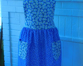 LADIES DAISIES APRON  --  2 lined pockets and lined bib  --