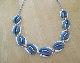 Vintage costume jewelry  /  blue thermoset necklace