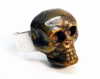 Ceramic skull ring in gold.