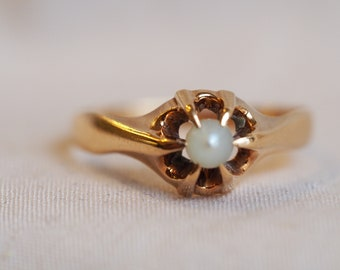 Simple and beautiful vintage 14K yellow gold Pearl ring in belcher setting