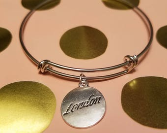 Expandable bracelet with charm