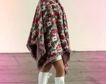 cape poncho überwurf cowboy fransen festival sommer blumen flower power hippie rosa pastell blumen