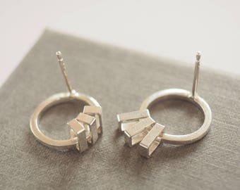 Small circle kinetic stud earrings